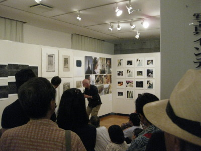帽子の紳士はアートディレクターの浅葉克己さん