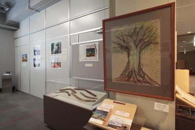 はじめて展示される保苅実の絵画「生命の樹」