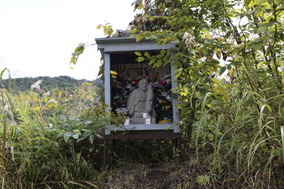 途中にある上遠野敏さん制作の地蔵